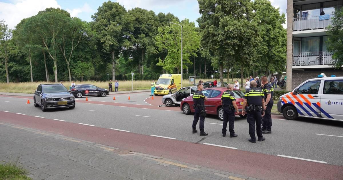 Gewonde door botsing in Nijmegen: bestuurder zat ruim 20 minuten bekneld.