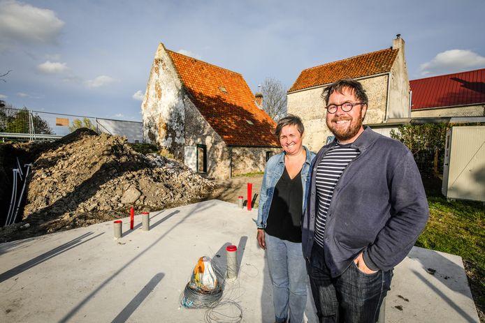 Peter Velle en Joke Debevere bij hun Spaans Tolhuis. De kelder is in oorspronkelijke staat gebracht, de westelijke gevel werd vrijgemaakt en in de tuin ligt een platform waar tegen de zomer een bar komt.