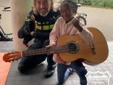 'Straatmuzikant' krijgt eigen gitaar van wijkagent