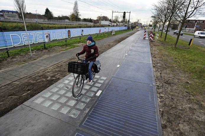 Een fietser rijdt op de experimentele Solarroad in Krommenie.