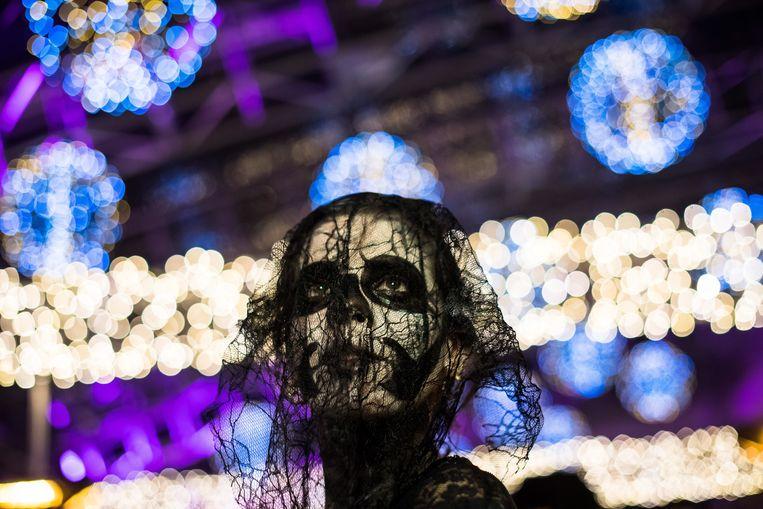 Een Hongaarse vrouw in Halloween-kostuum. Beeld EPA