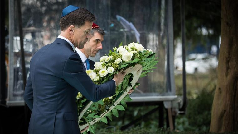 Mark Rutte en Staatssecretaris Paul Blokhuis van Volksgezondheid, Welzijn en Sport vorig jaar tijdens de Nationale Holocaust Herdenking in Amsterdam. Beeld anp