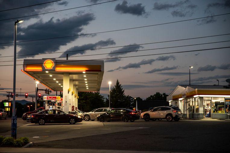 Een Shell-tankstation. Het bestuur van de brandstofgigant kreeg een duidelijke boodschap: het beleid moet groener. Beeld AP