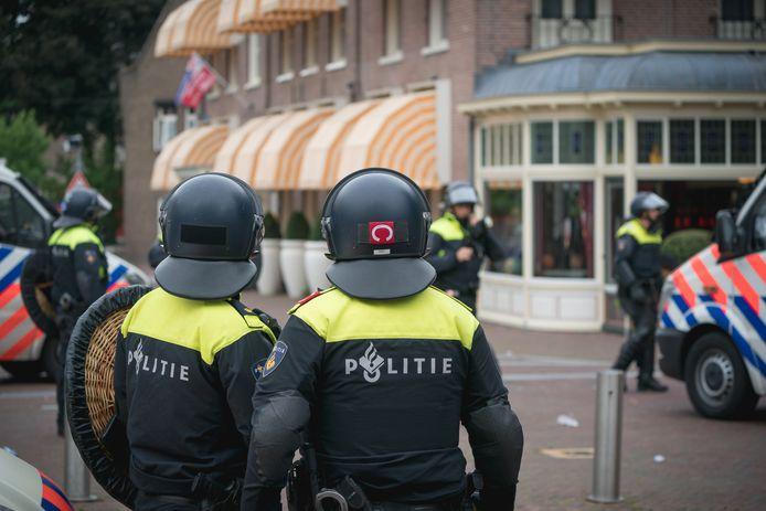 Agenten bij Hotel De Wereld in Wageningen zaterdagmiddag.