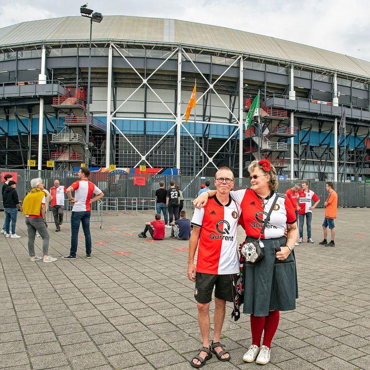 De Feyenoord-fans Gert-Jan Kooreman en zijn vriendin Janneke Dik, donderdag voor aanvang van de wedstrijd tegen Luzern. Beeld