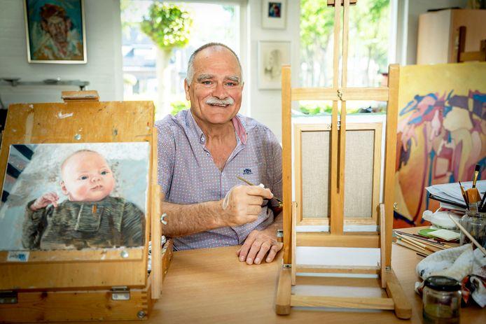 Kunstenaar Frans van den Heuvel met zijn spalk voor zijn hand.