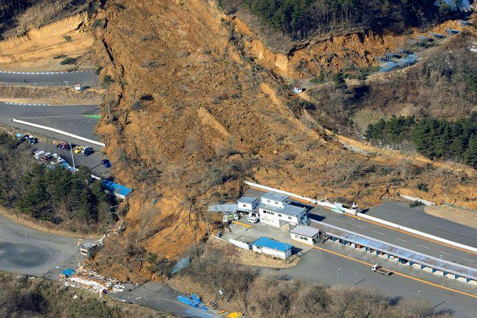 Er vonden al aardverschuivingen plaats door de beving en door de voorspelde regen vergroot dat risico nog.