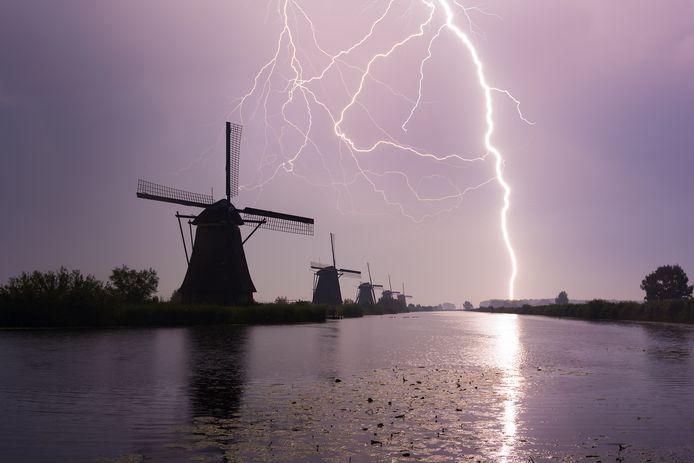 Een flinke onweersbui bij Kinderdijk. Foto Gijs de Reijke