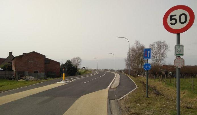 De toplaag van de fietspaden op de snelwegbrug is niet van goede kwaliteit.