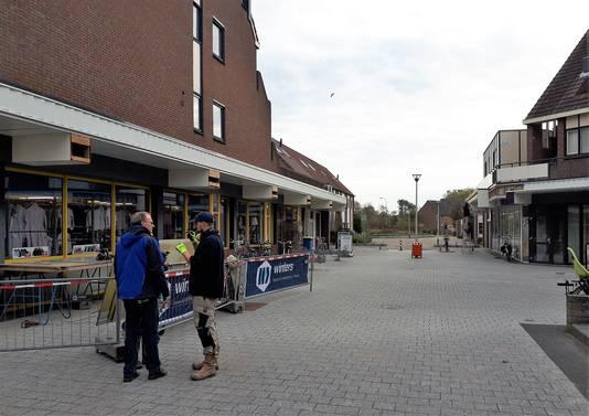 De renovatie van het winkelcentrum Dijkcentrum in Kortendijk is al een heel eind gevorderd op het centrale plein. Cees van Ginneken overlegt links in de blauwe jas met een van de bouwvakkers