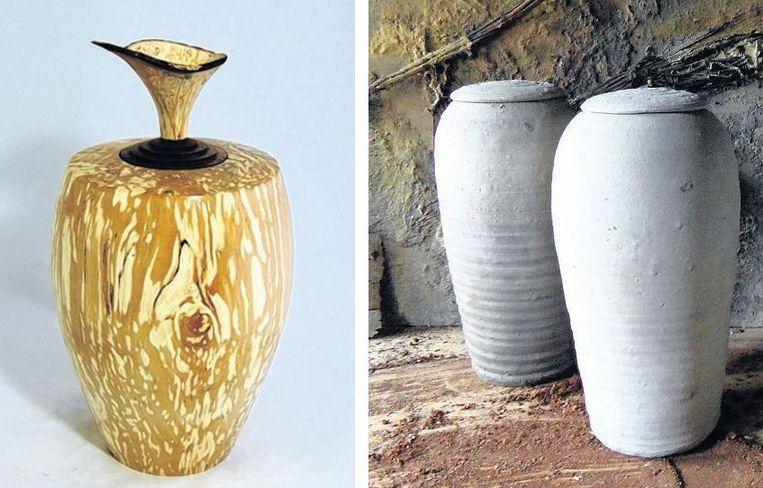 null Beeld Voor een duurzame uitvaart: een houten urn en urnen van ongebakken natuurlijke klei.