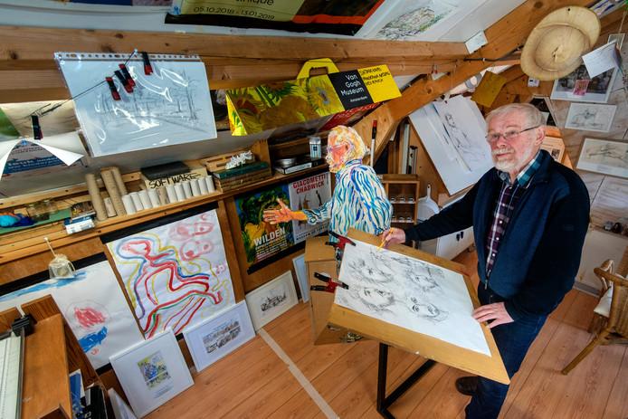 Wytse Noordhof aan het werk in zijn atelier.