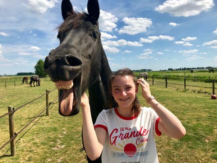 Paardenmeisje op visite in 's-Gravendeel.