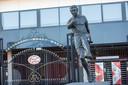Het standbeeld van Willy van der Kuijlen bij de ingang van het Philips stadion.