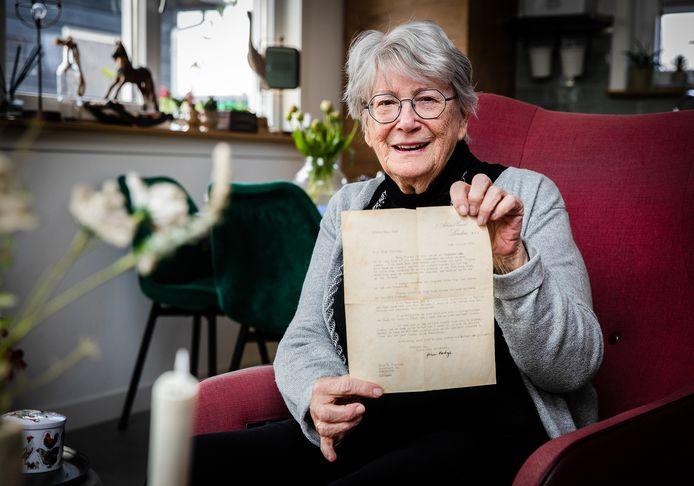Truus Bussing-Van Bellen uit Numansdorp met haar brief van John Dodge.