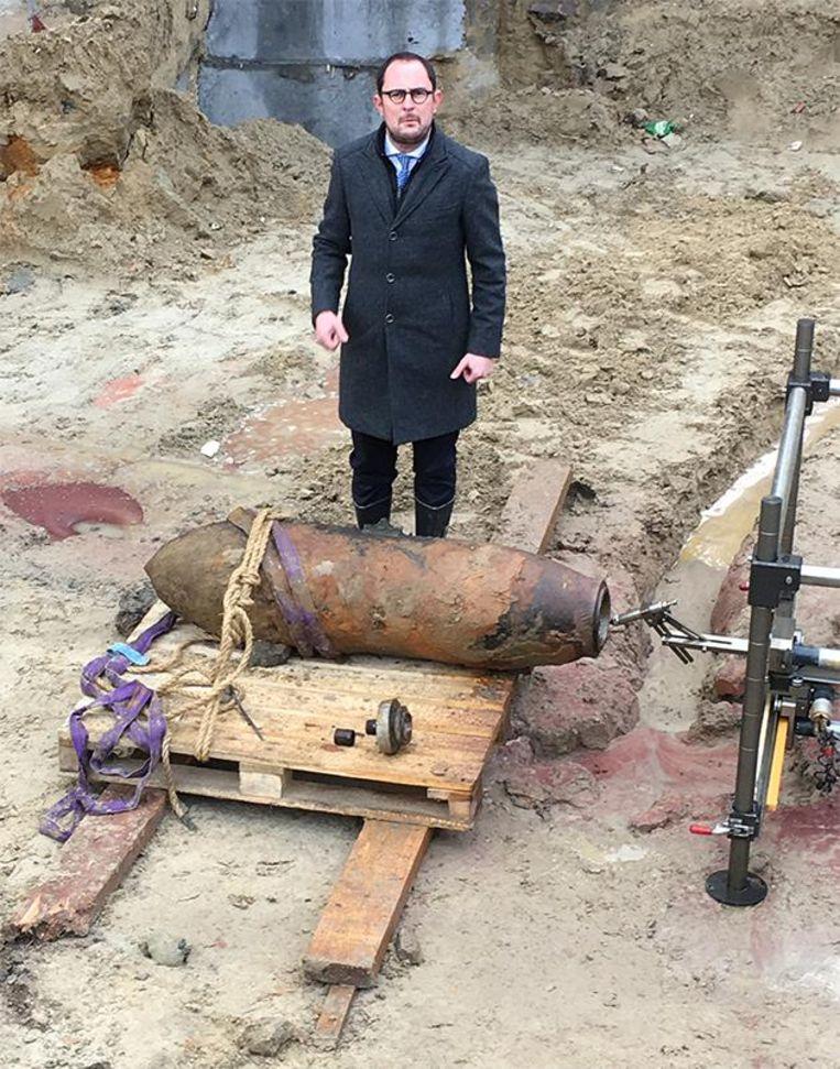 Burgemeester Vincent Van Quickenborne poseert met de ontmantelde bom. Beeld Alexander Haezebrouck