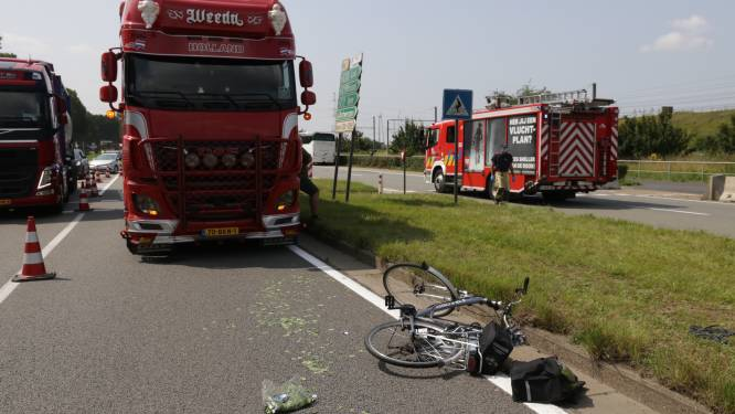 25-jarige fietsster zwaargewond bij aanrijding met vrachtwagen