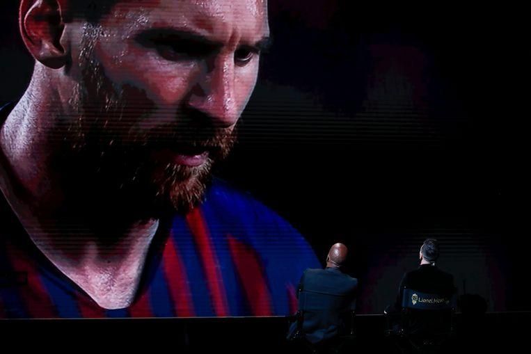 Lionel Messi kijkt naar een video-compilatie van zichzelf na zijn uitverkiezing tot voetballer van het jaar. Beeld AP