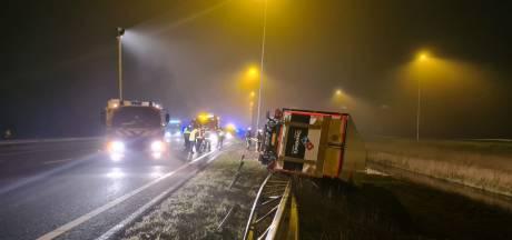 Vrachtwagen belandt in slip op A12 en klapt over vangrail, drie rijstroken afgesloten
