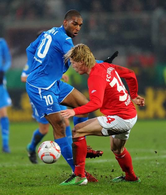 Jules Reimerink in 2011 in Duitsland in actie tegen het Hoffenheim van Ryan Babel.