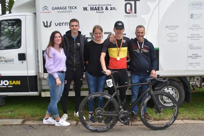 De familie Timmermans (Tim is de tweede van links) straalt na het behalen van de Belgische titel.