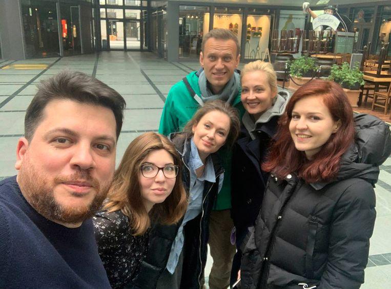 De Russische oppositievoorman Aleksej Navalny met zijn vrouw Joelia en hun vrienden in Duitsland. Beeld AP