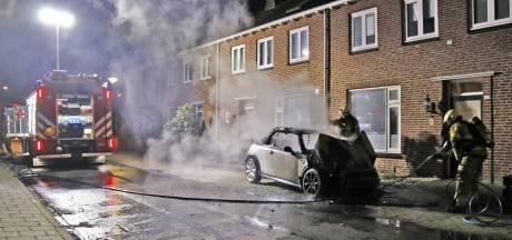 Auto gaat in vlammen op aan de Hendrikstraat in Boxmeer