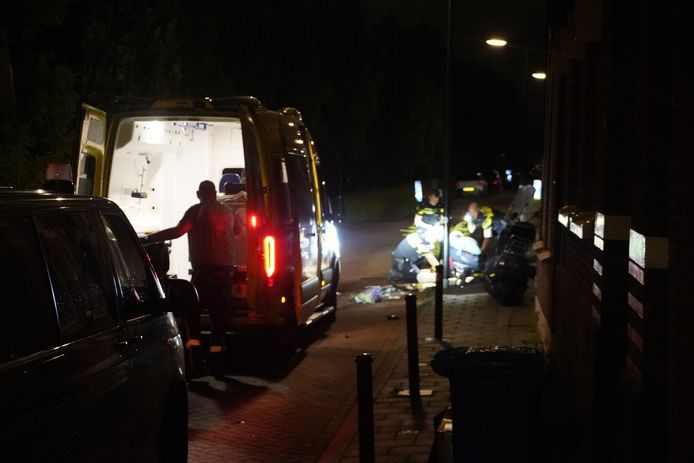 Twee personen op een scooter raakten gewond, van wie één ernstig.