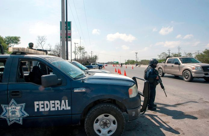 Foto ter illustratie. Een zwaar bewapende politieman in Reynosa.