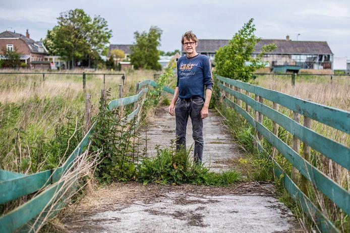 Theo Enthoven op het terrein waar zijn alpaca's liepen. Het ligt nu alweer jaren braak.