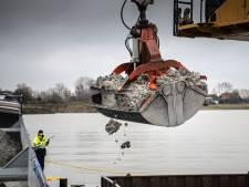 Dit is het gevolg van de stort van granuliet: elke dag duizend ton grijze dode klei in de plas