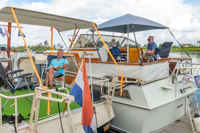 Er komen zoveel passanten met hun plezierjachtjes naar Harderwijk, dat de havenmeesters nauwelijks plek voor ze hebben. Jantis van Lieshout en Tore Meijer liggen daarom met hun boten aan elkaar.