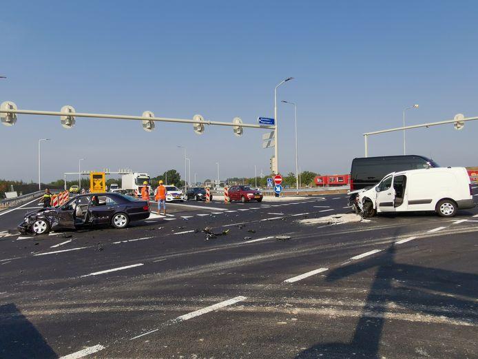 De auto's zijn total loss na de botsing op de afrit bij Bennekom.