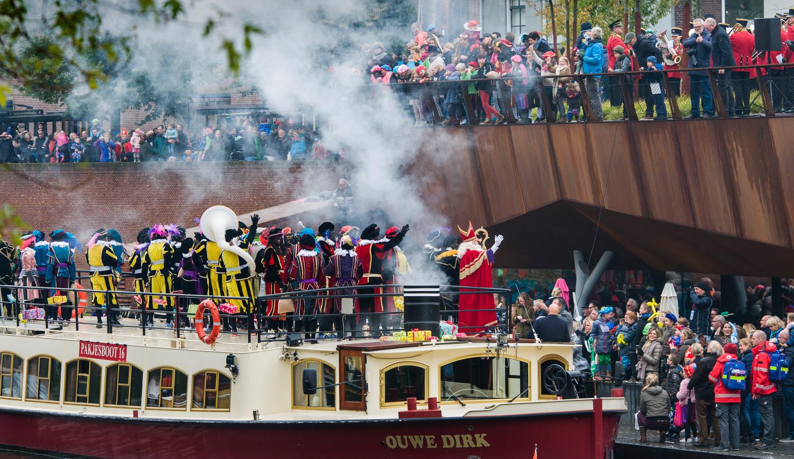 De boot van Sinterklaas meert in Den Bosch aan bij het bolwerk