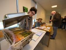 Hoe overleef je een dag op het stembureau in Emmeloord?
