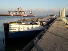 Binnenvaartschip loopt vast op strekdam bij Terneuzen en slaat lek
