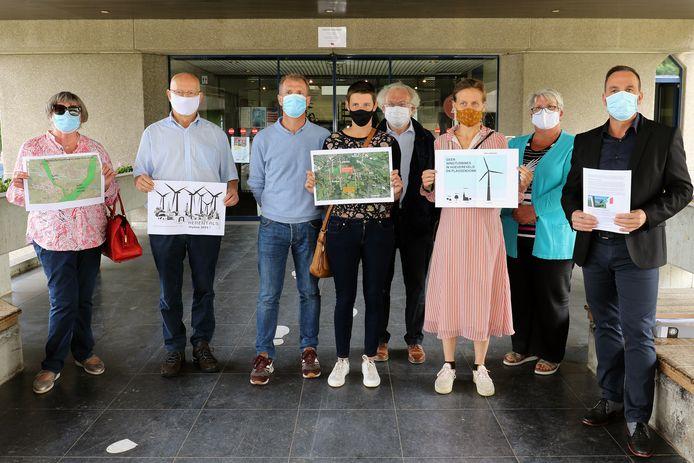Eind augustus kwamen de actiegroepen StroomAfwaarts en Samen Sterk aan het administratief centrum protesteren tegen de windmolens. Schepen Pascal Van Nueten (rechts) staat achter de bezwaren van de bewoners.