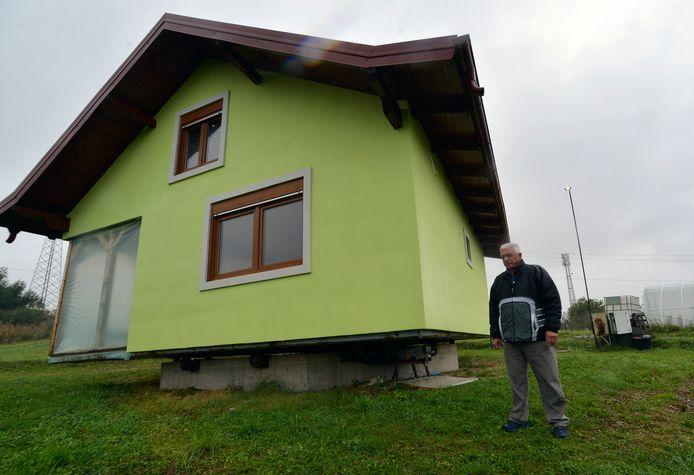 Vojn Kosic davanti alla sua casa girevole nel comune di Sarabak.
