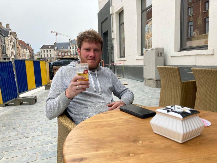 Bouwvakker Michiel stelt prioriteiten: eerst pintje en dan aan de arbeid.