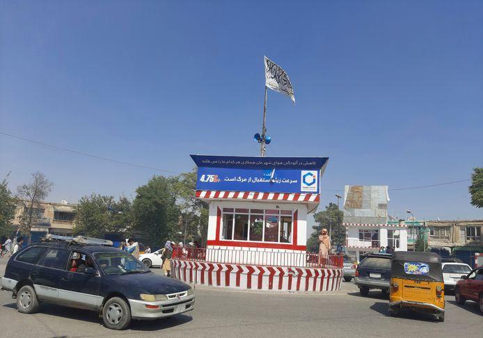 Een vlag van de taliban in Kunduz.