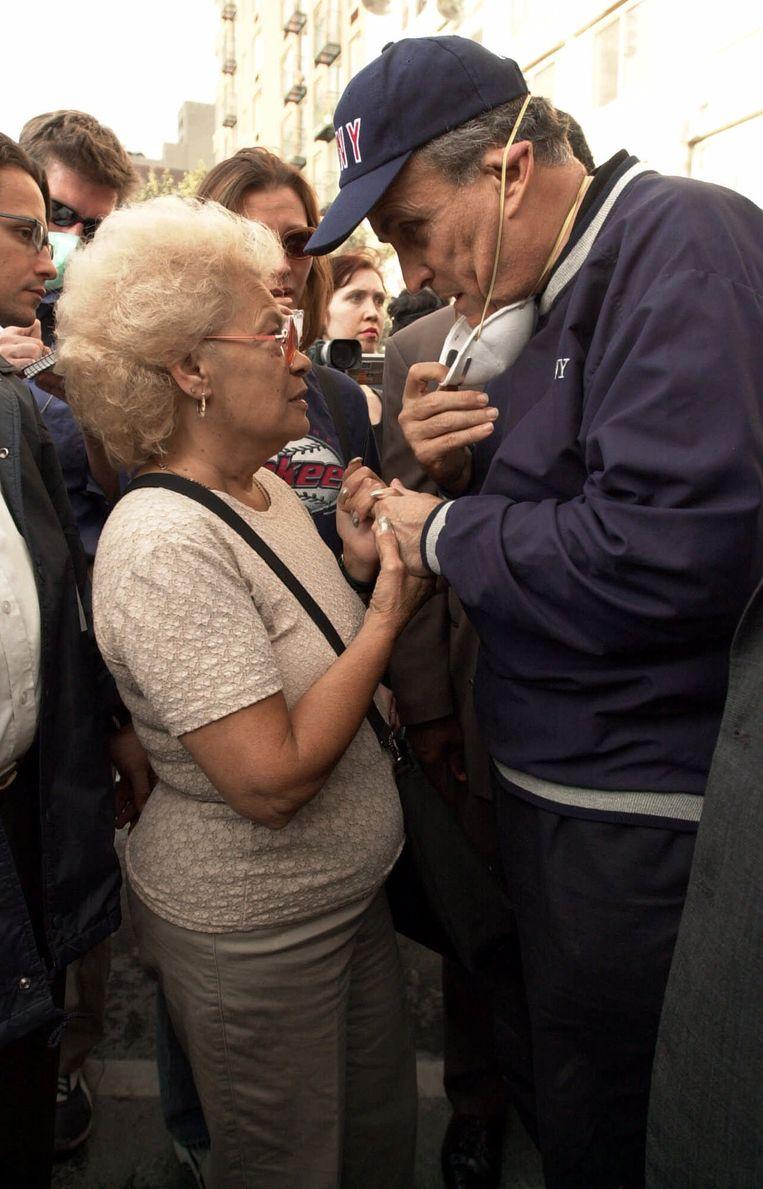 12 september 2001. Rudy Giuliani, burgemeester van New York, troost een inwoner van de stad die haar zoon is verloren bij de aanslag op het World Trade Center. Beeld AP Photo/Robert F. Bukaty