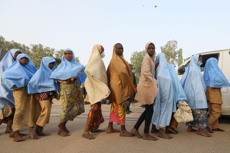 Schoolmeisjes die afgelopen vrijdag werden ontvoerd uit een lagere school in het dorp Jangebe zijn weer vrijgelaten. Beeld REUTERS