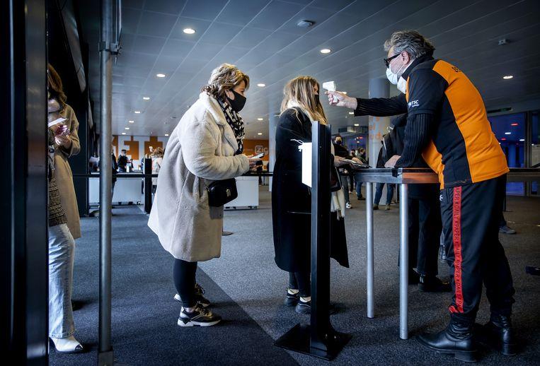 Bezoekers komen binnen bij een Fieldlabevent. Beeld ANP