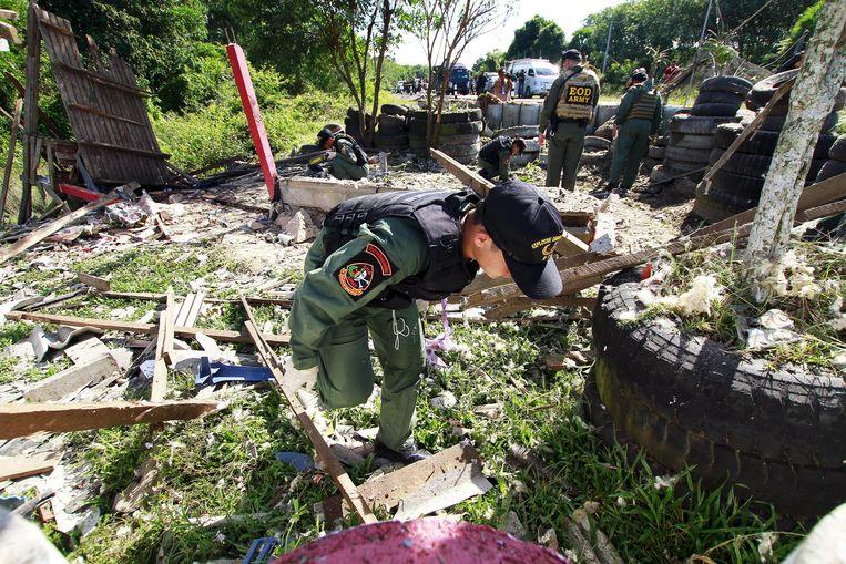 Militairen onderzoeken de plek van de aanslag.