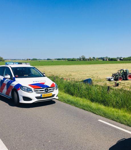 Auto belandt in de sloot op Kamperzeedijk in Genemuiden