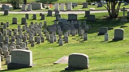 McCain zal naast admiraal en vriend Chuck Larson begraven worden