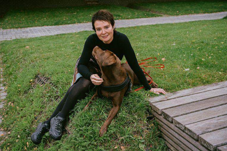 Griet Op de Beeck met haar hond Uma. 'Zelf trek ik nu ook minder naar het theater of de cinema door dat hondje, zo'n softe trut ben ik dan ook weer.' Beeld Wouter Van Vooren