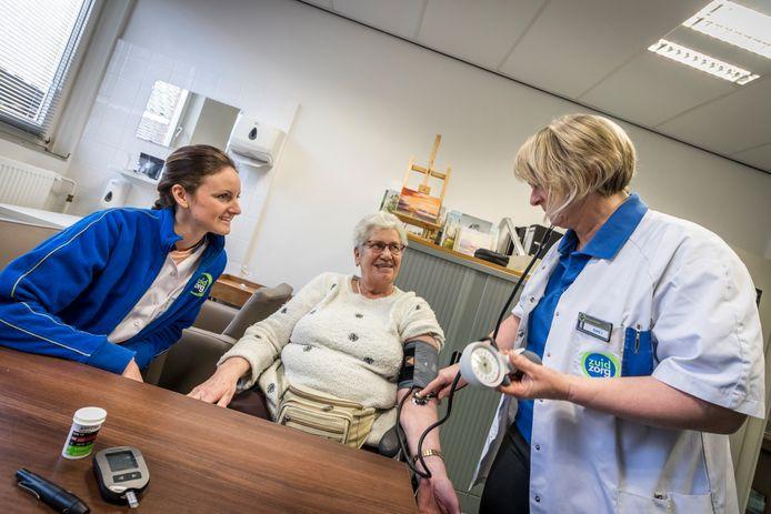 Wijkverpleegkundigen Nienke Jansen en Annet van Herpt aan het werk.