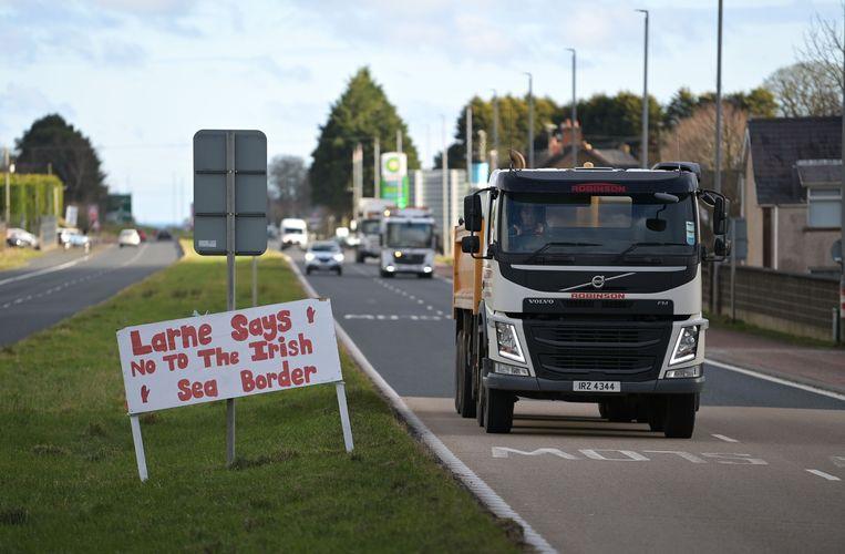 De Noord-Ierse havenstad Larne staat vol slogans tegen de nieuwe grens sinds de brexit. Beeld Getty Images