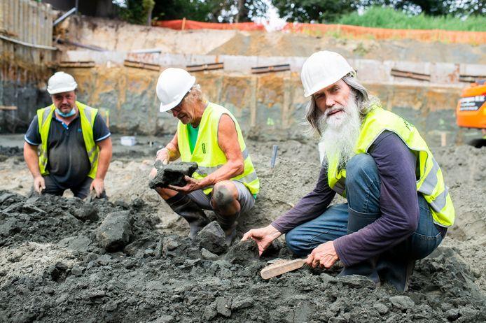 Paleontoloog Mark Bosselaers op zoek naar restanten van het skelet van walvissen op de site waar de nieuwe vleugel van AZ Monica campus Deurne komt